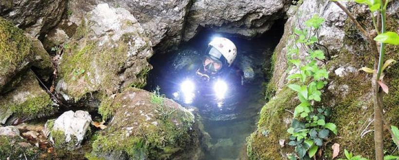 Intrarea accesibila doar scafandrilor in Peștera Izvorul de la Nuci